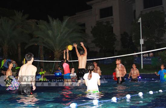 崇左:社区举办水上排球赛 居民健身娱乐享清凉