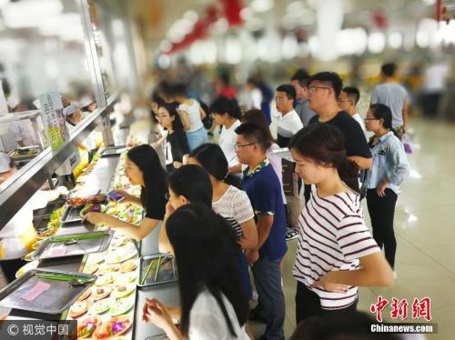 资料图:长春一大学举办了一场毕业生免费晚餐。图片来源:视觉中国