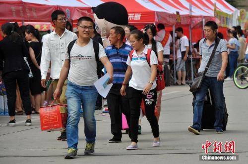 山西大学大一新生在家长的陪同下报到。 <a target='_blank' href='http://www.chinanews.com/'></table>中新社</a>记者 韦亮 摄