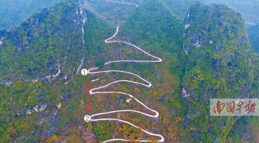8月25日焦点图:大化一轿车连续爬坡后摔下半山腰