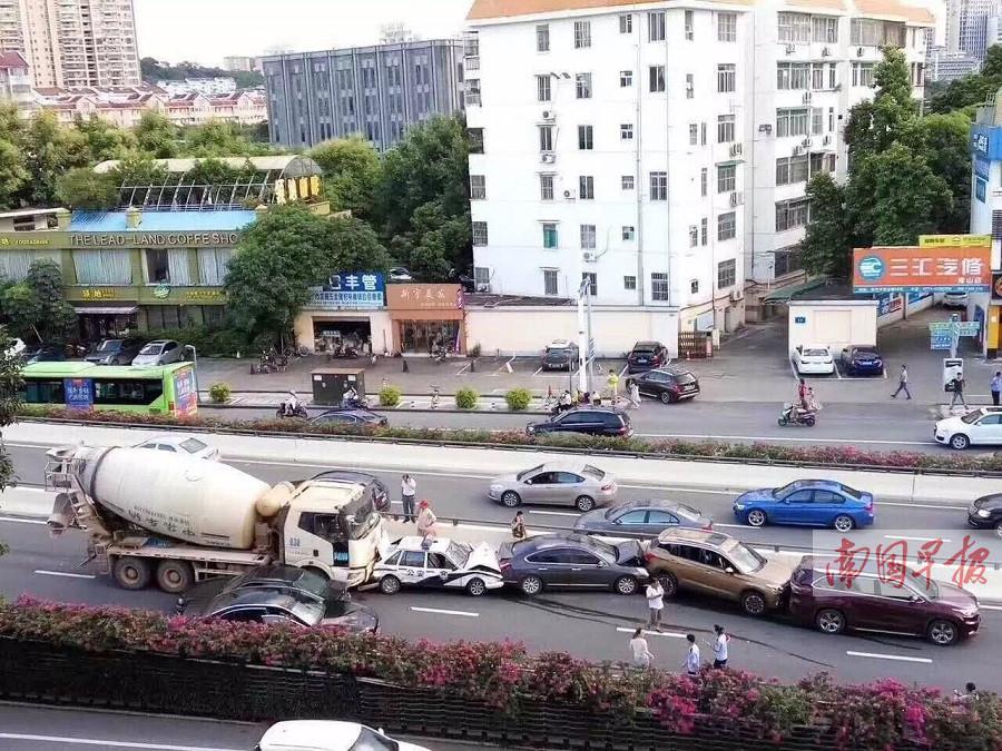 南宁青山路发生11车连撞事故 所幸没有人员伤亡