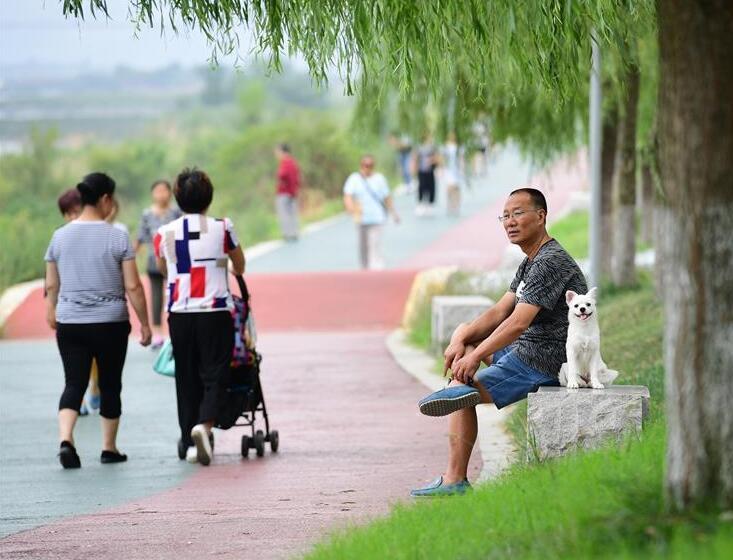 陕西安康:防洪堤变身市民休闲乐园