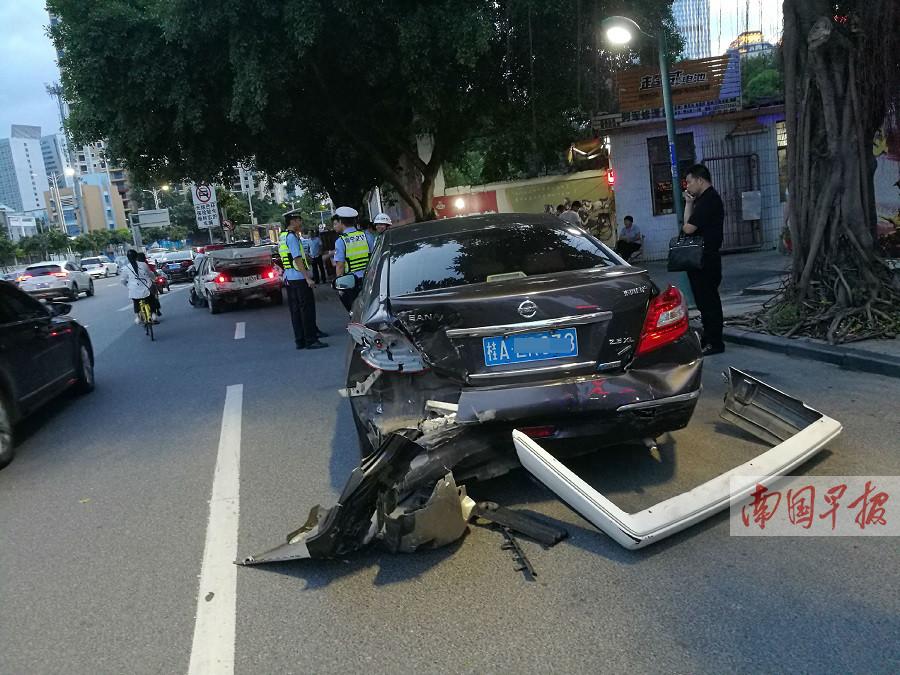 8月26日焦点图:南宁青山路11车连撞