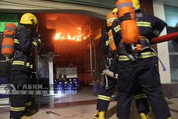 凭祥:鞋店凌晨着火 消防火速救援救出被困者(图)