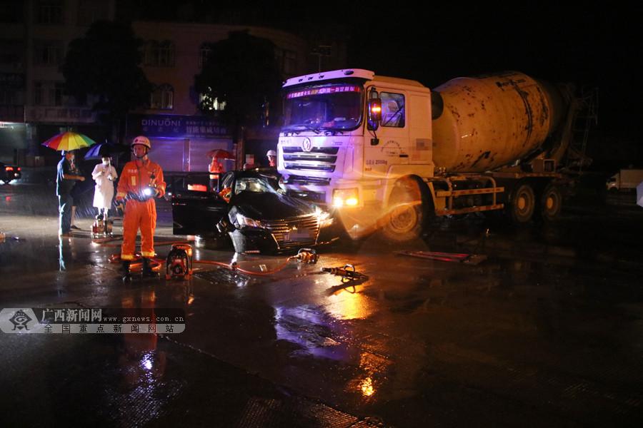 高清:水泥罐车撞上小车 消防破拆小车驾驶室救人