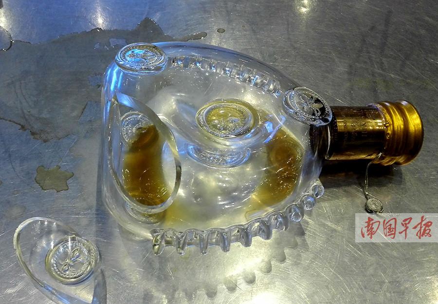 8月29日焦点图:名贵洋酒过安检后漏洒 谁的责任?