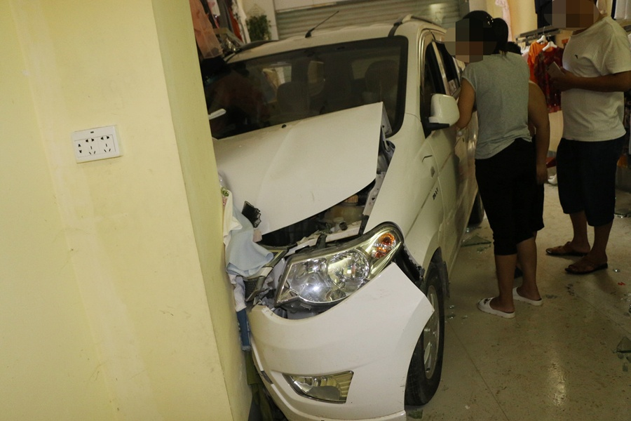 新手女司机驾车冲进服装店 撞伤女老板(组图)