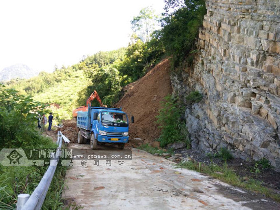 天峨境内一路段塌方致交通中断 当地开展抢修(图)
