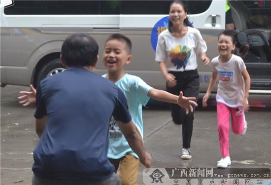 """海尔""""拥抱吧!爸爸""""助留守娃与父母幸福团聚"""