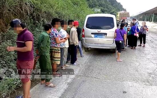 两辆面包车超员被交警查获 两名驾驶员各被扣6分