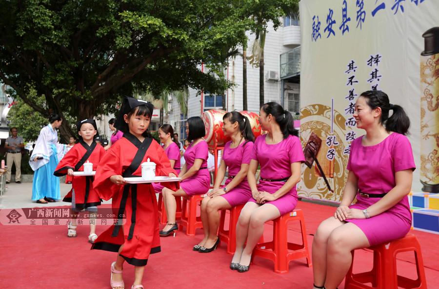 """高清:融安师生穿汉服举行""""开笔礼""""迎开学"""