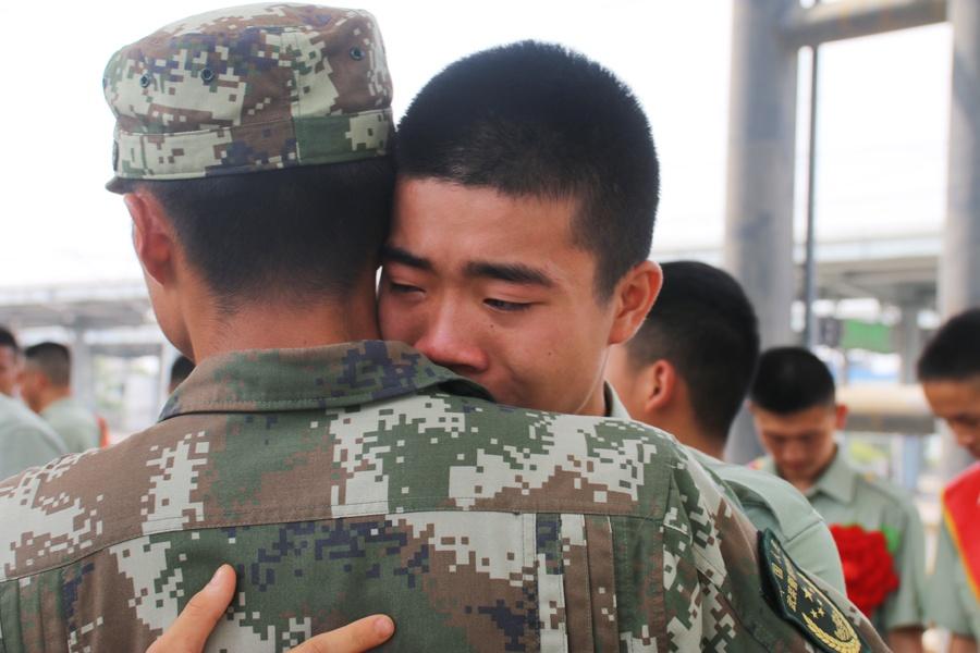 再见,战友!武警贺州支队退伍老兵泪洒车站(图)