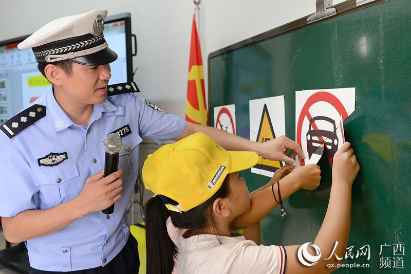 钦州:开学第一课 交通安全走进农村校园