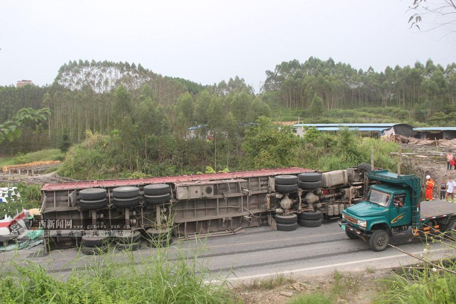 高清:大货车侧翻 货物倾泻而出将迎面小货车埋压