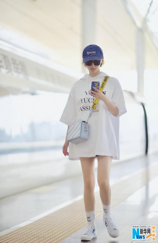 身着oversize白色连帽卫衣,酷酷的短发配上蓝色棒球帽,可爱清爽,帅气