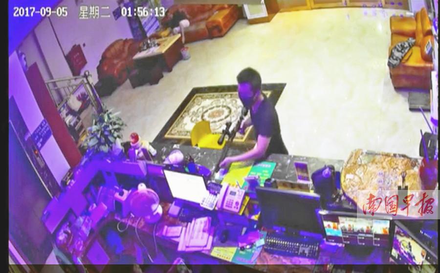 酒店凌晨遭持枪抢劫 老板被气枪射中仍与歹徒搏斗