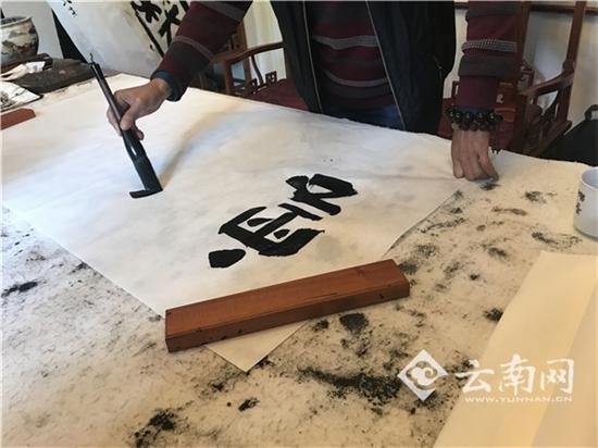 """""""中国爨体第一人""""陈正义书写爨体字"""