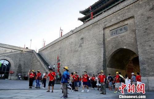 资料图:青年学生参观西安城墙。 江星 摄