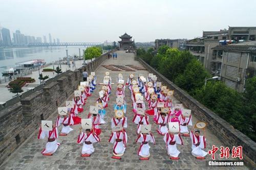 """资料图:湖北省襄阳市临汉门古城墙上举办一场盛大的""""开笔礼""""。周政 摄"""