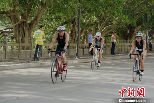 图为选手在骑自行车。 唐梦宪 摄