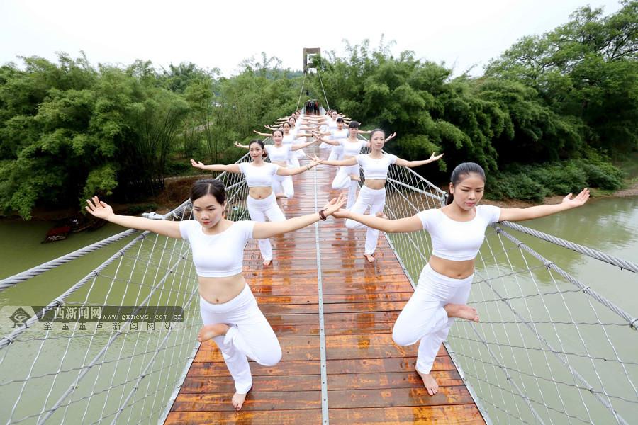 高清:享受和谐之美 瑜伽爱好者山水之间秀瑜伽