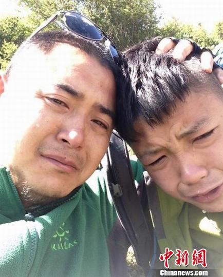 父子俩抱头痛哭。受访者 供图