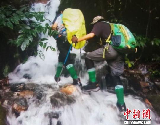 爬山涉水。受访者 供图