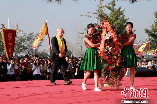 韩国晋州姜氏中央宗亲会代表敬献花篮。 梁犇 摄