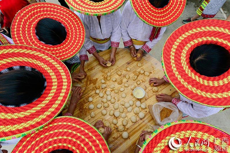 9月12日,在广西龙胜各族自治县伟江乡甘甲村,当地瑶族妇女在捏糍粑。