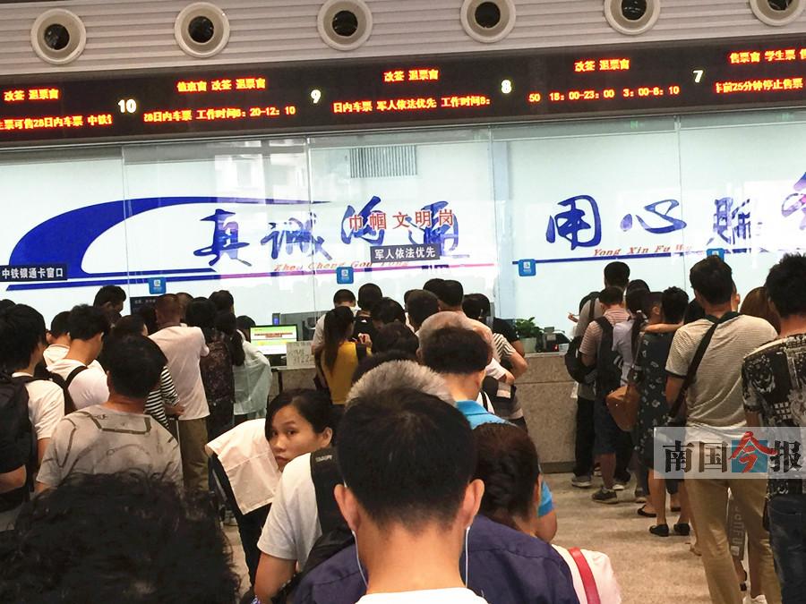 """柳州火车站""""西进西出""""首日有点忙 红岩路压力增大"""