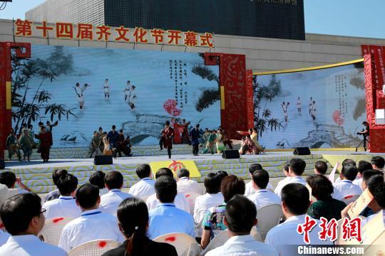 第14届齐文化节12日在齐国故都、世界足球起源地山东临淄开幕。 梁犇 摄