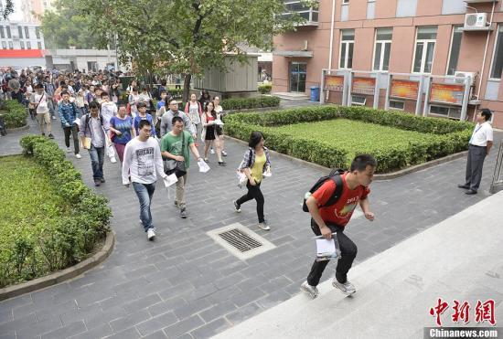 图为考生们进入北京市一处司法考试考点的考场。<a target='_blank' href='http://www.chinanews.com/'></table>中新社</a>发 侯宇 摄