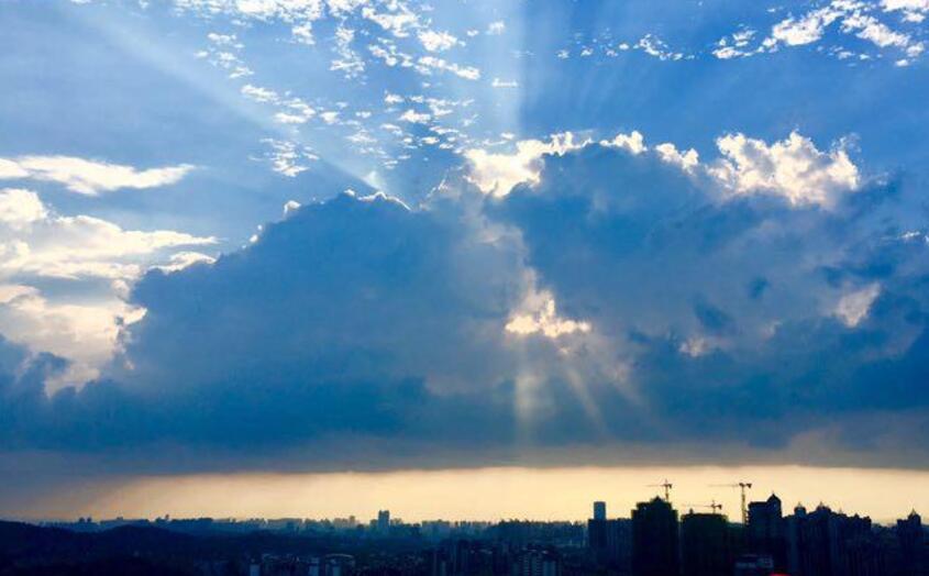 南宁阵雨过后天转晴 云破天开落日生辉