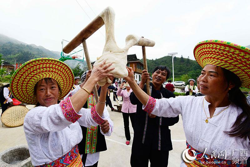 地瑶族妇女在捏糍粑