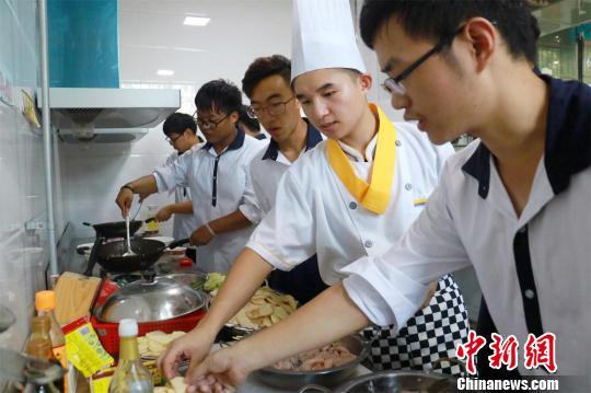 烹调师巡回指导学生做菜 肖亚慧 摄