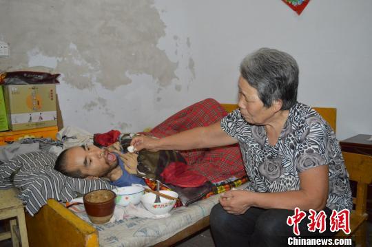 河北一夫妻照顾肌肉萎缩儿子37年用爱创造奇迹