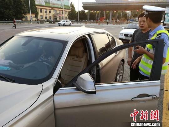图为民警准备驾驶女子的车辆将其送回家。 魏文欣 摄