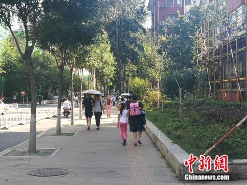 不少老年人接过了接送孩子的重任 <a target='_blank' href='http://www.chinanews.com/' ></table>中新网</a>记者 张尼 摄