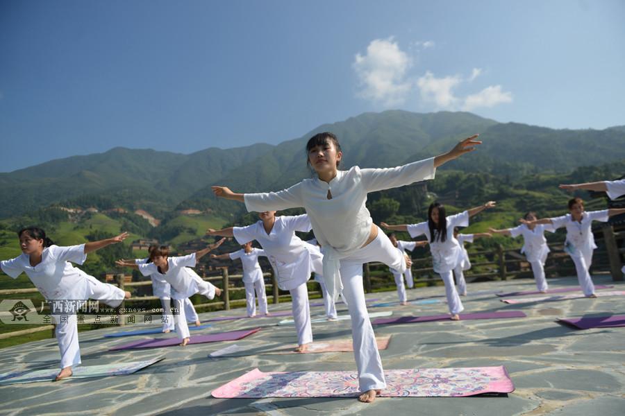 """龙胜:瑜伽爱好者在龙脊梯田景区""""秀""""瑜伽(组图)"""