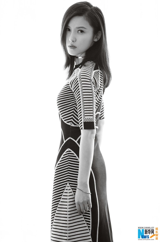 杨子姗黑白条纹裙 时髦简约展曲线美