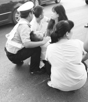 """交警为交通事故中受伤的董女士当""""垫背""""。"""