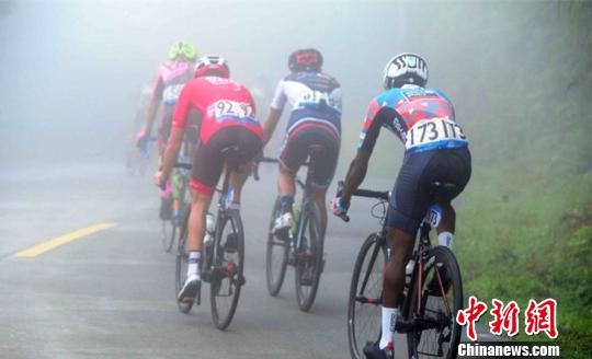 图为选手在浓雾中展开角逐。 吴峻 摄