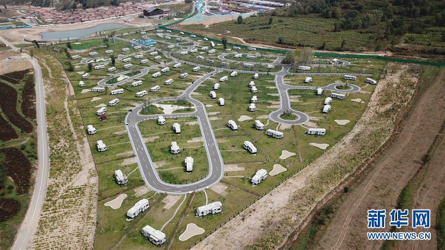 俯瞰海坨山谷中的房车营地(9月21日摄)。位于北京延庆的海坨山谷RV-Park房车营地,由100辆房车和100个围绕房车的小花园构成,是亚洲最大的房车公园之一。近年来,随着出游方式的多元化发展,作为新兴度假方式的房车旅游越来越受到人们的青睐。新华社记者王建华摄