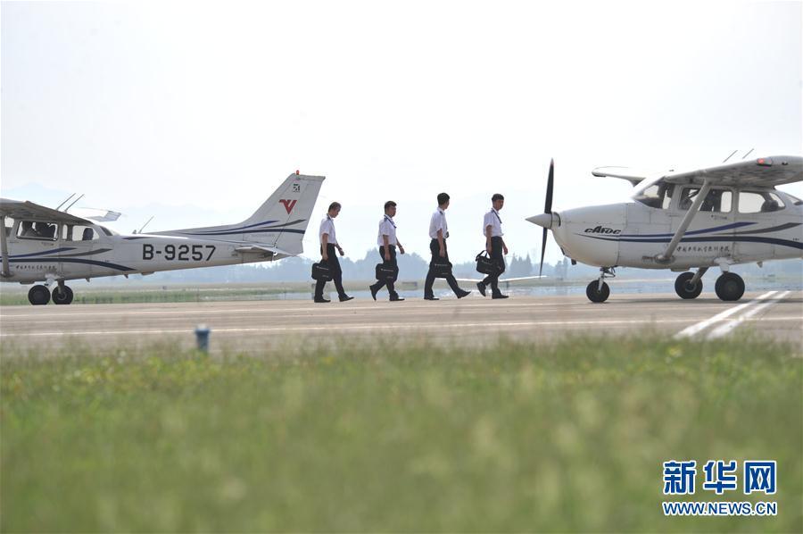 #(图片故事)(1)民航飞行员炼成记