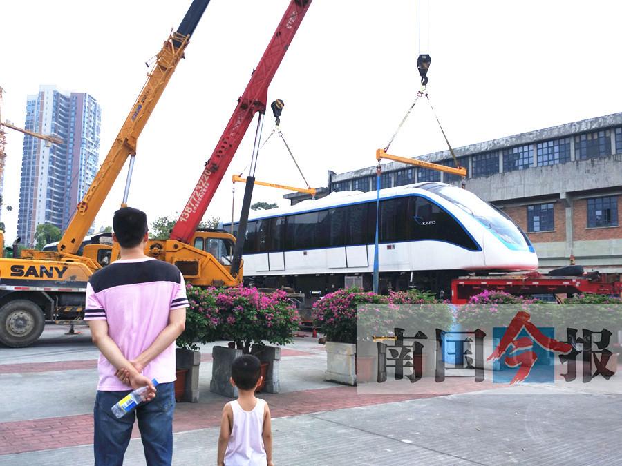 9月24日焦点图:柳州轻轨样车亮相工业博物馆