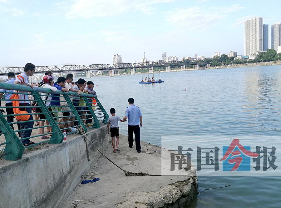 柳州两男孩下河一人沉水中 多次搜救都未能救起他