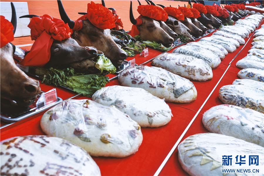 第十三届平安文化艺术节上展出的牛头宴和各个乡镇的参赛月饼。   每年的中秋节前夕,勤劳淳朴的青海人民都会制作具有当地特色的中秋月饼,来迎接中秋节的到来,家家户户制作中秋月饼已经成为了青海人过中秋节不可或缺的一部分。9月27日,第十三届平安文化艺术节在青海省海东市平安区开幕,开幕式上除了展出的牛头宴、形式各样的手工月饼外,其中最吸引眼球的当属重达260斤,直径1.