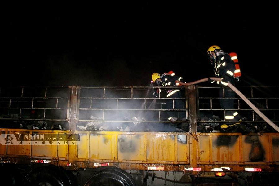 一辆大货车行驶中突发自燃 货厢被大火吞噬(组图)