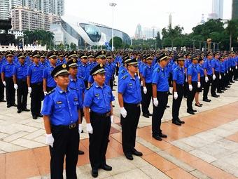 南宁城管换装 城管执法队伍有了全国统一制服(图)