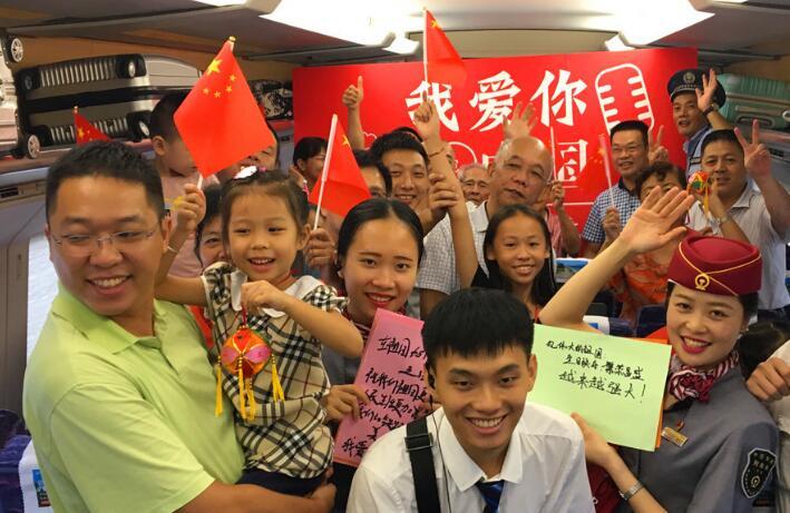 高清组图:动车车厢唱响红歌庆国庆
